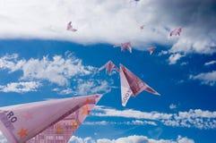Los planos a partir de 500 billetes de banco euro se van volando Imágenes de archivo libres de regalías