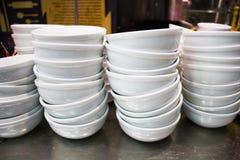 Los platos blancos se doblan cuidadosamente en un café Fotografía de archivo