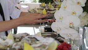 Los platos con las ostras almacen de video