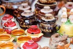 Los platos de cerámica, el vajilla y los jarros vendieron en el mercado de Pascua en Vilna, Lituania Fotos de archivo libres de regalías