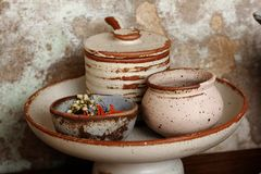 Los platos de cristal de la taza son de cerámica fotos de archivo