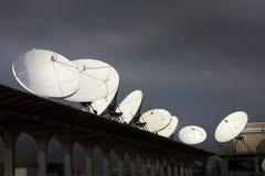 Los platos del receptor de satélite acentúan la comunicación y la tecnología foto de archivo