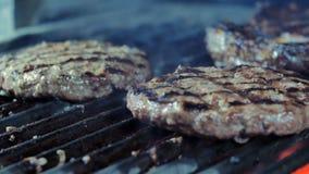 Los platos del restaurante, cocinando en las chuletas jugosas y el filete de una carne de vaca de la parrilla dos en el fondo, el metrajes