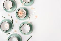 Los platos limpios, tazas de café fijaron el fondo con el espacio de la copia Imagen de archivo libre de regalías