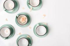 Los platos limpios, tazas de café fijaron el fondo con el espacio de la copia Foto de archivo libre de regalías