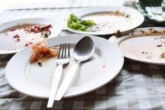 Los platos son sucios en la tabla foto de archivo