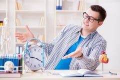 Los plazos que falta del estudiante de medicina para terminar la asignación fotos de archivo
