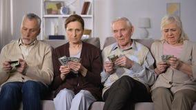 Los pobres envejecieron los pares que contaban dólares en casa, falta de dinero, inseguridad social almacen de metraje de vídeo