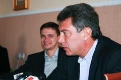 Los políticos Boris Nemtsov y Ilya Yashin anuncian la lucha en las elecciones para los posts del alcalde de Sochi Imágenes de archivo libres de regalías