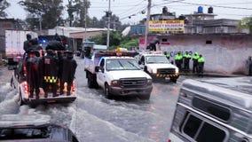 Los policías patrullan las calles en furgonetas para ayudar a la población debida la inundación