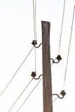 Los polos con los soportes y los alambres para la transmisión de la electricidad Imagen de archivo
