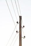 Los polos con los soportes y los alambres para la transmisión de la electricidad Fotos de archivo libres de regalías