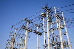 Los polos de la corriente eléctrica en la electricidad necesitaron accionar un EL Imagen de archivo