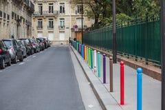 Los polos multicolores de la calle estiran en la distancia en una París Fotos de archivo libres de regalías