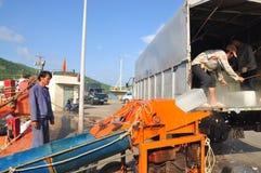 Los porteros están afeitando el hielo en el puerto local de la isla de Dao de la estafa de Vietnam Imagen de archivo libre de regalías