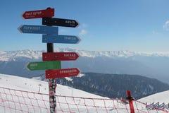 Los posts con direcciones al esquí se inclinan en Rosa Khutor Imágenes de archivo libres de regalías
