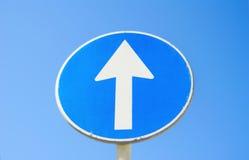 Los posts de la señal de tráfico van derecho con el fondo del cielo azul imagen de archivo libre de regalías