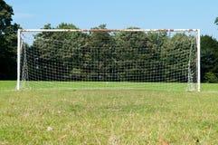 Los posts y la red de la meta del fútbol en un fútbol echan Imagen de archivo libre de regalías