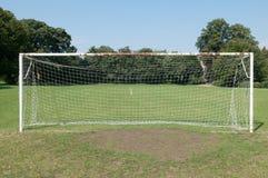 Los posts y la red de la meta del fútbol en un fútbol echan Foto de archivo libre de regalías