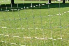 Los posts y la red de la meta del fútbol en un fútbol echan Imagenes de archivo