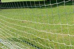 Los posts y la red de la meta del fútbol en un fútbol echan Imágenes de archivo libres de regalías