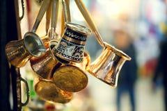 Los potes de cobre tradicionales del café tiraron en el bazar magnífico Estambul imagenes de archivo