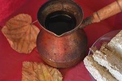 Los potes de cobre viejos del café turco, los dulces medio-orientales y el otoño hojean en la superficie de Borgoña, visión super fotografía de archivo