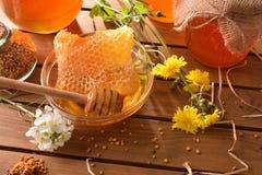 Los potes de la miel con el panal en la sobremesa de madera elevaron la visión Imágenes de archivo libres de regalías