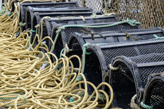 Los potes de langosta se alinearon en el puerto de Mudeford, Dorset Imagen de archivo libre de regalías