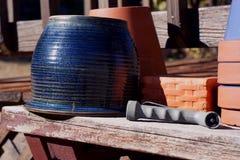 Los potes del jardín aguardan las plantas de la primavera fotografía de archivo libre de regalías