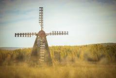 Los prados con el molino de viento en otoño Imagen de archivo
