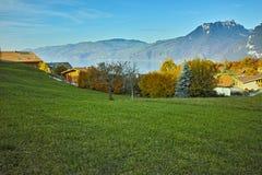 Los prados verdes acercan a la ciudad de Interlaken, cantón de Berna Imagen de archivo