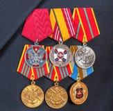 Los premios y diversas medallas en la marina de guerra rusa uniforman Imagen de archivo