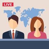 Los presentadores masculinos y femeninos de la TV se sientan en la tabla viva Foto de archivo libre de regalías