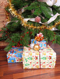 Los presentes acercan al árbol de navidad fotografía de archivo libre de regalías