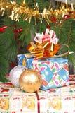 Los presentes acercan al árbol de navidad Imagen de archivo