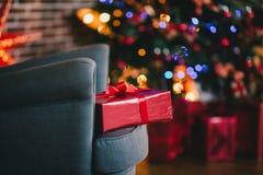 Los presentes debajo del árbol de navidad encienden el fondo Fotografía de archivo