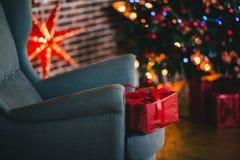 Los presentes debajo del árbol de navidad encienden el fondo Imagenes de archivo