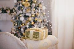Los presentes debajo del árbol de navidad encienden el fondo Foto de archivo