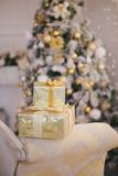 Los presentes debajo del árbol de navidad encienden el fondo Fotografía de archivo libre de regalías
