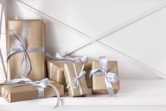 Los presentes elegantes, cajas de regalo en blanco dejan de lado el fondo, primer Fotos de archivo