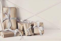 Los presentes elegantes, cajas de regalo en blanco dejan de lado el fondo, primer Imagen de archivo