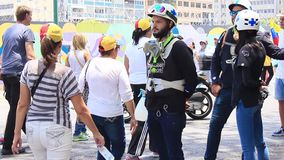 Los primeros respondedores conocidos como cruces helmed, verdes blancas toman el cuidado de manifestantes durante protesta princi
