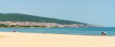 Los primeros veraneantes en la primavera varan en Sunny Beach en Bulgaria Fotografía de archivo