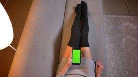 Los primers tiran del blogger femenino atractivo joven de la comida que usa los medios sociales en el teléfono con la pantalla ve almacen de video