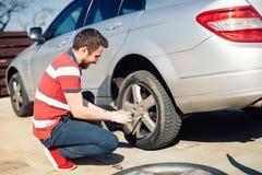 Los problemas del automóvil - sirva los neumáticos chaning, neumáticos estacionales del verano imágenes de archivo libres de regalías