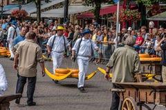 Los productores tradicionales en queso de Gouda comercializan un día lluvioso Imagen de archivo