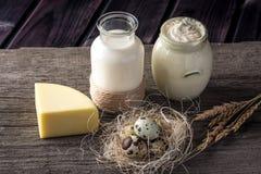 Los productos agrícolas de Eco ordeñan, queso, crema agria, yogur, huevos en fondo de madera oscuro El concepto de hogar hizo la  Imágenes de archivo libres de regalías