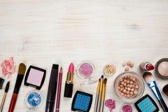 Los productos cosméticos en fondo de madera con la copia espacian en la parte superior fotografía de archivo libre de regalías
