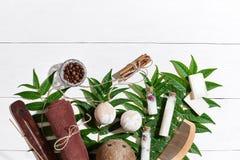 Los productos de belleza naturales del skincare del balneario y del aromatherapy con los accesorios del cuarto de baño incluyendo Foto de archivo libre de regalías